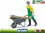 FIGURA - Férfi  talicskával zöld nadrágban farmer - BRUDER